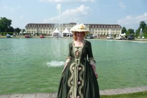Traumverwirklichung im barocken Kostüm im Ludwigsburger Schlossgarten